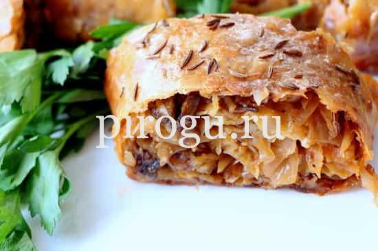 Штрудель с капустой и мясом из слоеного теста в духовке