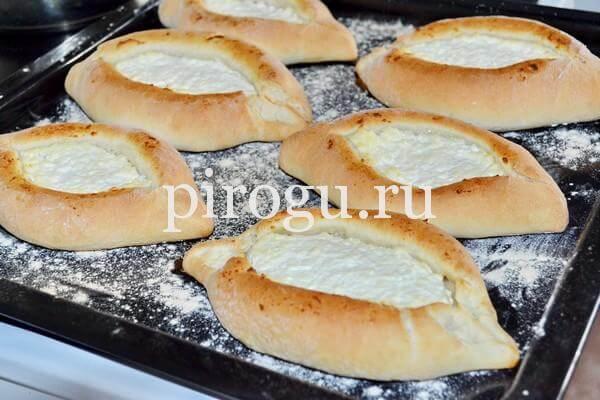 Хачапури с сыром в форме лодочки в духовке