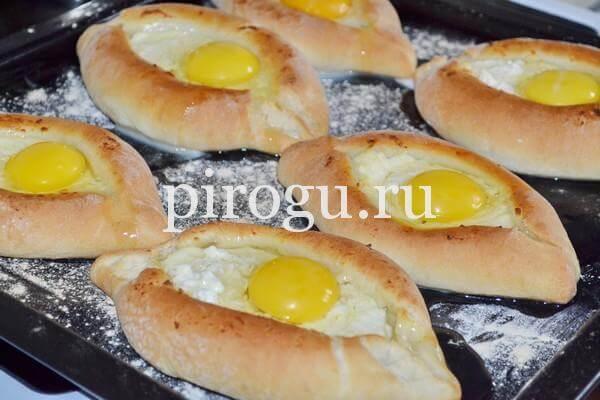 Хачапури по-аджарски в форме лодочки с яйцом
