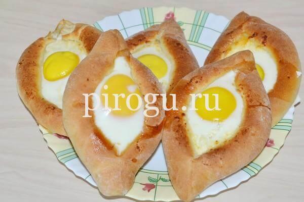 Хачапури по-аджарски в форме лодочки с яйцом и сыром в духовке