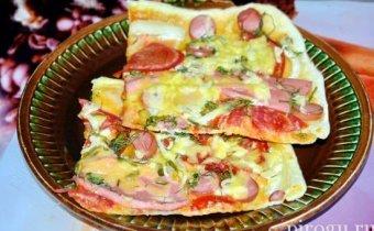 Пицца с колбасой и сыром и помидорами