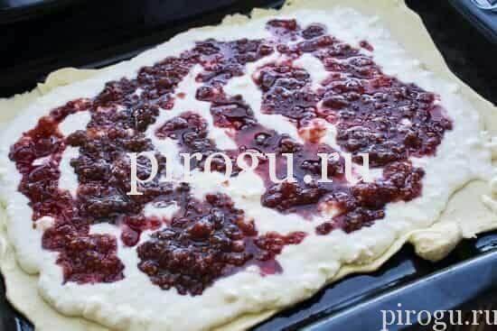 Дрожжевой пирог с творогом и вареньем
