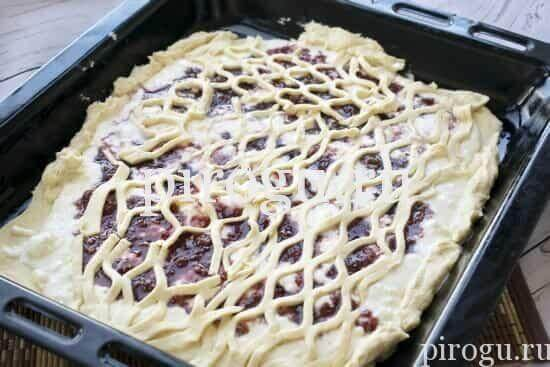 Дрожжевой пирог на скорую руку с вареньем