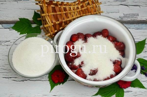 Варенье из черешни с клубникой с сахаром