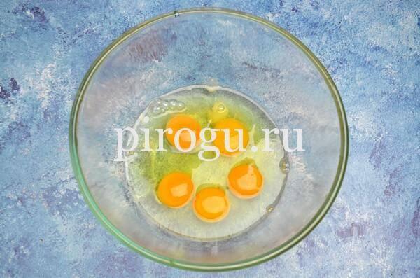 Кулич с шоколадной глазурью: быстрое тесто с яйцами